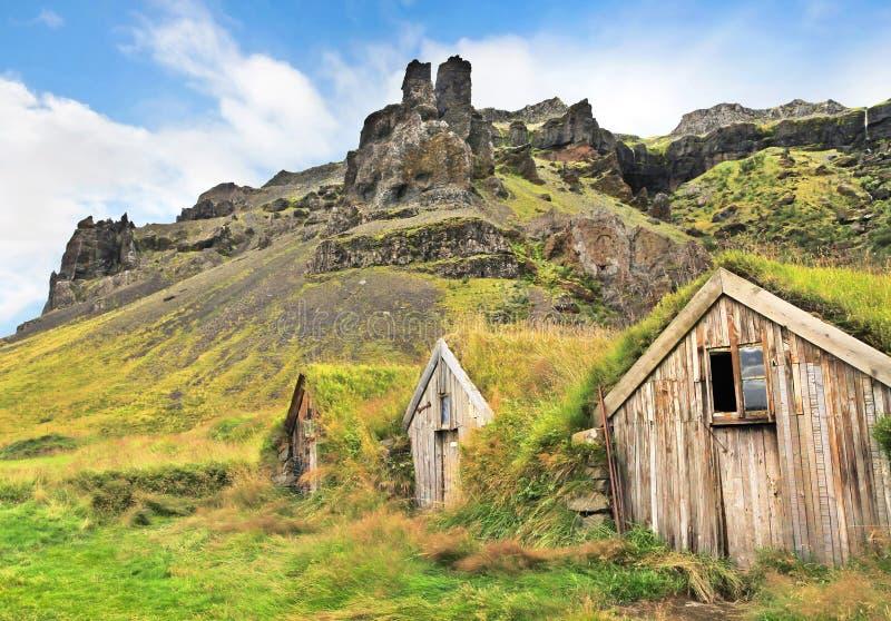 Paisagem bonita com as casas tradicionais do grama em Islândia imagem de stock royalty free