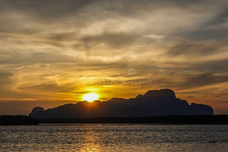 Paisagem bonita com as montanhas altas com picos iluminados, as pedras no lago da montanha, a reflexão, o céu azul e luz solar am fotos de stock royalty free