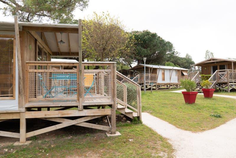 Paisagem bonita com a cabana de madeira de acampamento do chalé da cabine da casa da casa de campo no dia de verão ensolarado fotos de stock