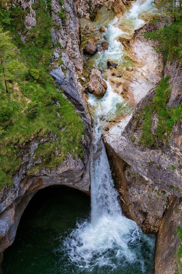 Paisagem bonita com cachoeira e floresta em Alemanha fotos de stock