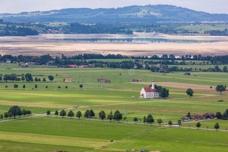 Paisagem bonita com campos e a igreja em Alemanha imagem de stock