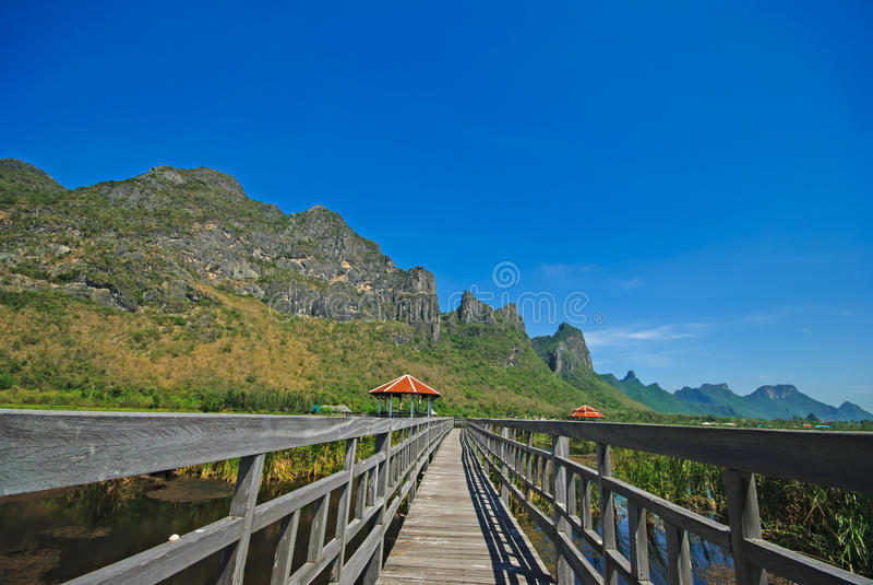 Paisagem bonita com casa e as montanhas de madeira, Bueng Bua em Sam Roi Yot National Park imagens de stock royalty free