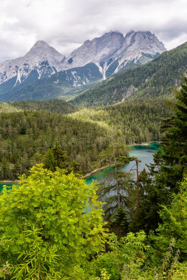 Paisagem bonita com montains e o lago no dia nebuloso fotos de stock royalty free