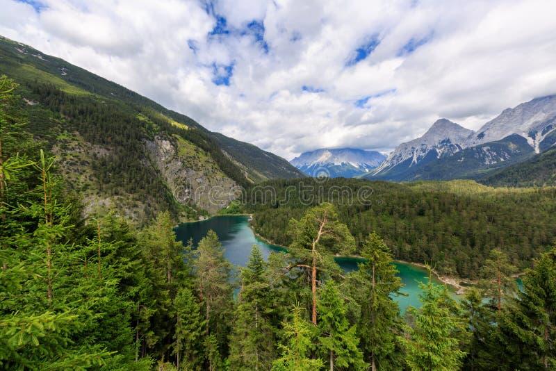 Paisagem bonita com montains e o lago no dia nebuloso fotos de stock