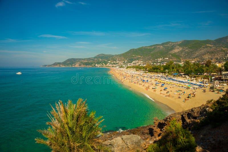 Paisagem bonita com montanhas e montes na praia de Cleopatra com areia branca Alanya, distrito de Antalya, Turquia, Ásia imagens de stock