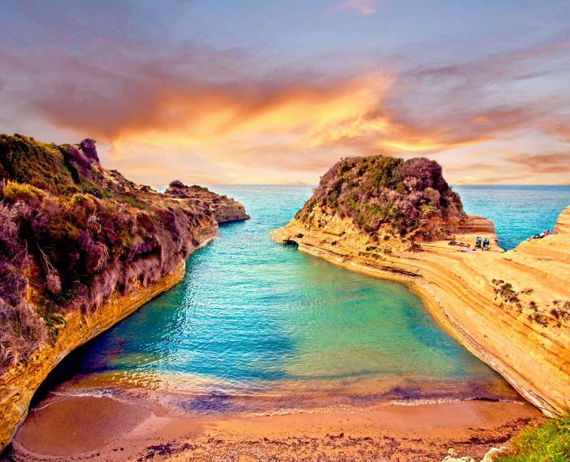 Paisagem bonita com o canal popular dos penhascos do caso amoroso do ` do canal d do amor na ilha de Corfu, Grécia no nascer do s fotos de stock