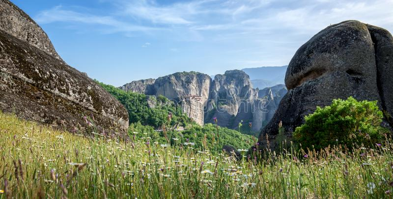 Paisagem bonita com o monastério de Meteora no fundo imagens de stock royalty free