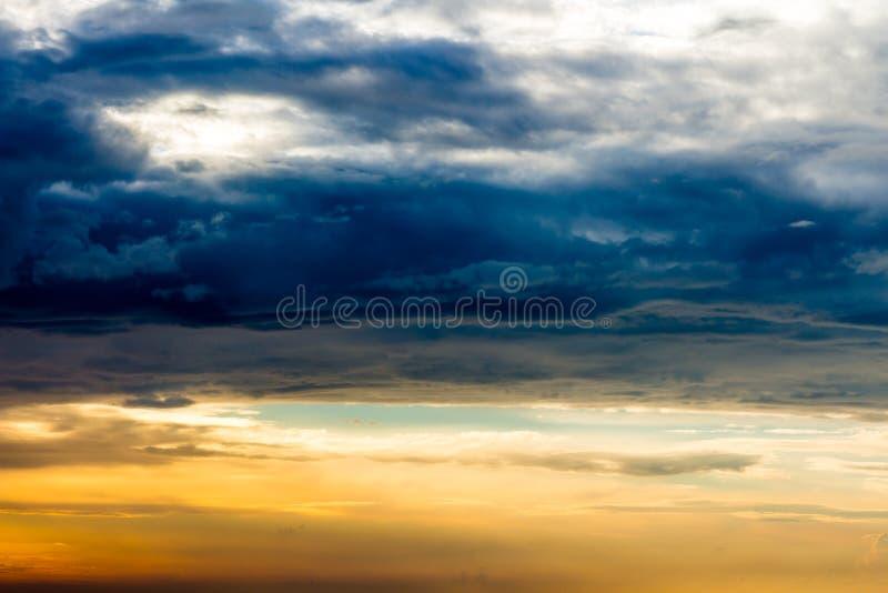 Paisagem bonita com por do sol sobre o mar com céu dramático foto de stock royalty free