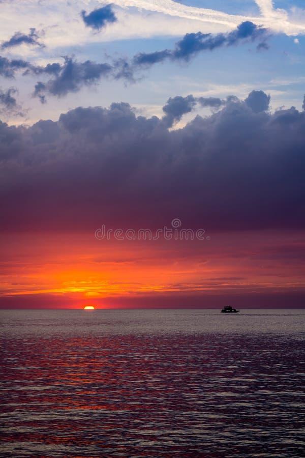 Paisagem bonita com por do sol sobre o mar com céu dramático foto de stock