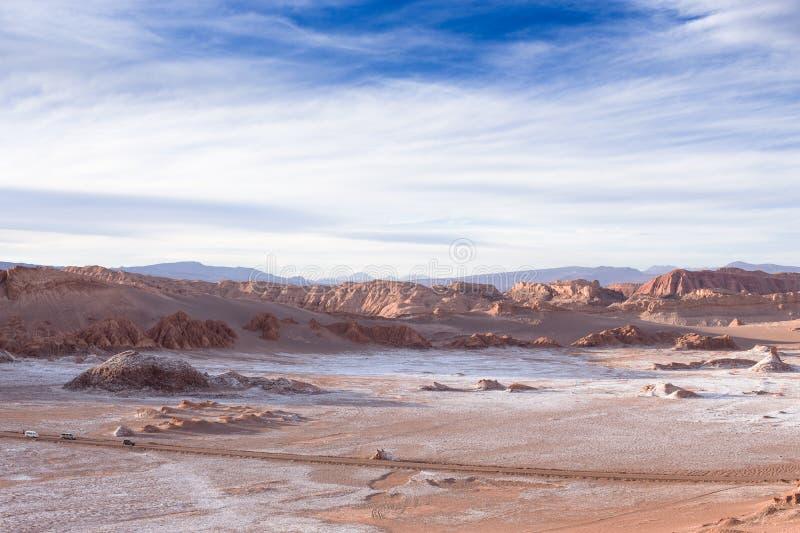 Paisagem bonita com rochas vermelhas, nuvens e o céu azul no La Luna de Valle de durante o por do sol fotografia de stock royalty free