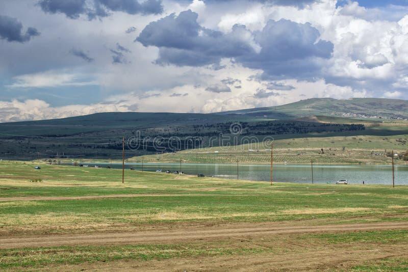 Paisagem bonita com uma vista do rio, das montanhas e do céu azul Tbilisi, Ge fotografia de stock royalty free