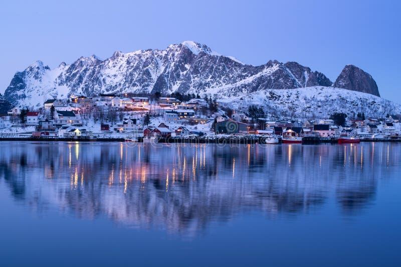 Paisagem bonita da aldeia piscatória de Reine no crepúsculo na estação do inverno, ilhas de Lofoten, Noruega fotos de stock royalty free