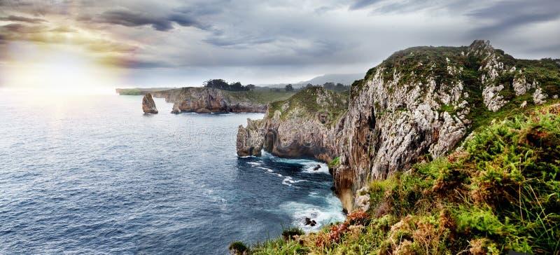 Paisagem bonita da costa e dos penhascos de mar Panorama cênico do Acantilados del infierno na Espanha, as Astúrias imagens de stock