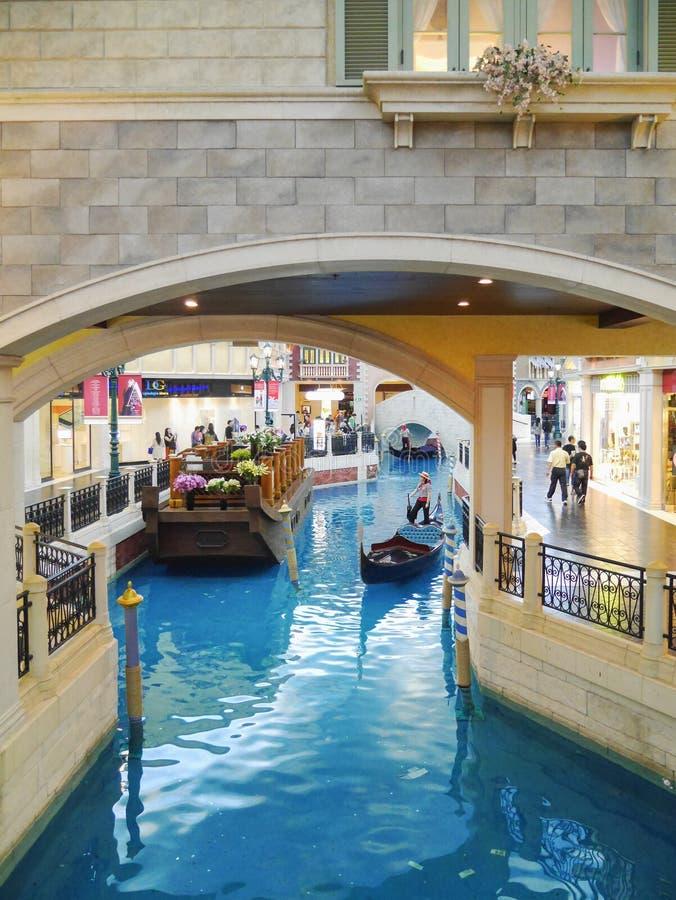 Paisagem bonita da gôndola no San Luca Canal dentro do Macau Venetian imagem de stock royalty free
