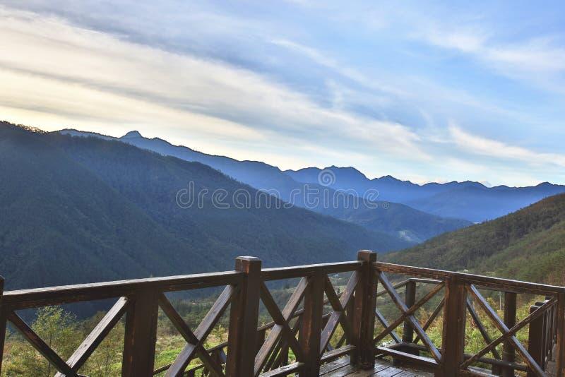 Paisagem bonita da montanha com plataforma de madeira da visão imagens de stock