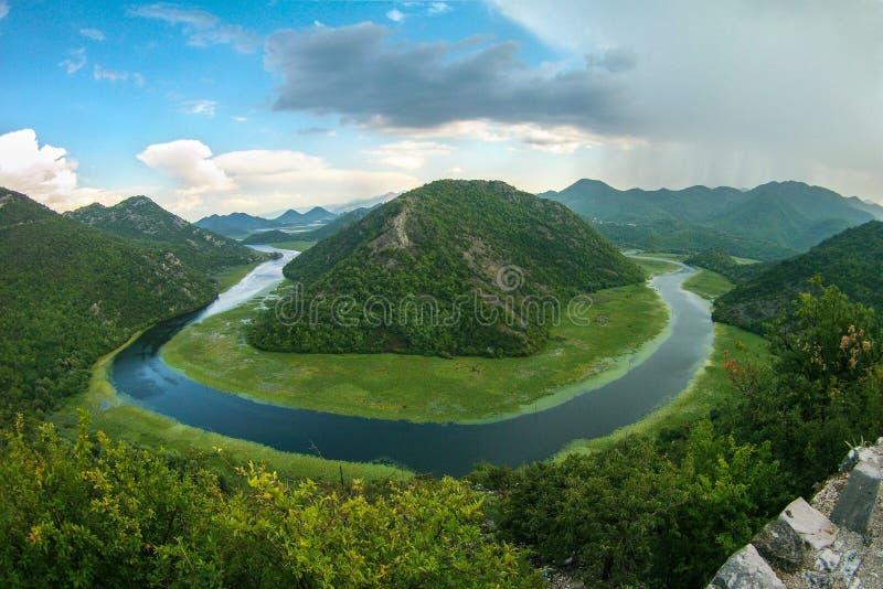 Paisagem bonita da montanha com rio do enrolamento, a floresta verde, o temporal e as nuvens de c?mulo, vista superior, Montenegr foto de stock royalty free