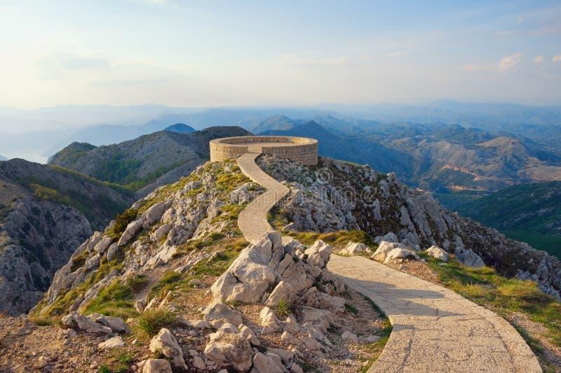Paisagem bonita da montanha com um passeio e uma plataforma de observação no parque nacional de Lovcen montenegro fotos de stock royalty free