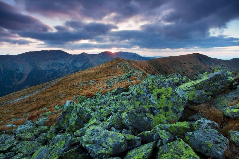 Paisagem bonita da montanha do outono no dia nebuloso Por do sol da paisagem do outono nas montanhas baixo Tatras, Eslováquia, Eu fotos de stock
