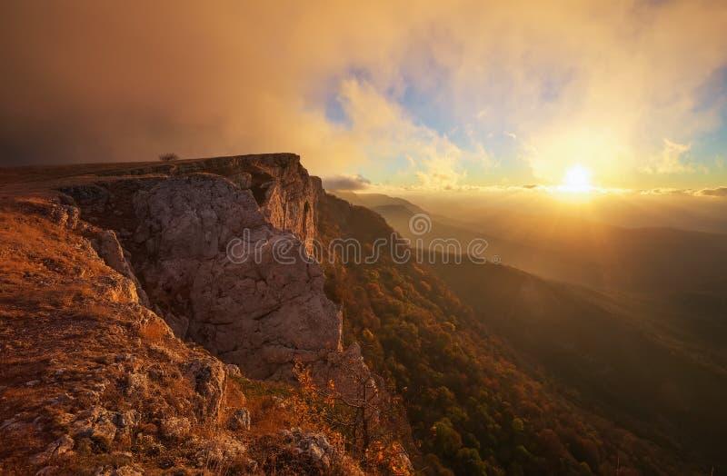 Paisagem bonita da montanha durante o por do sol imagem de stock
