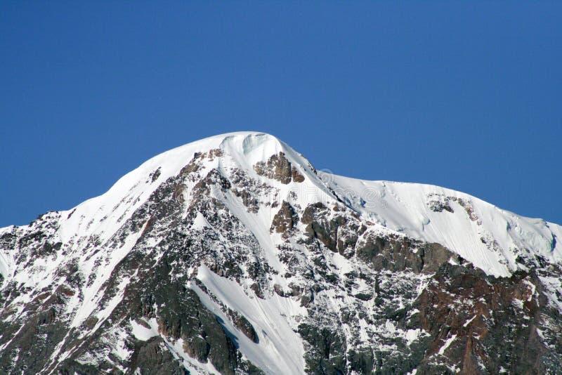 Paisagem bonita da montanha A neve de observa??o da mulher cobriu montanhas imagens de stock