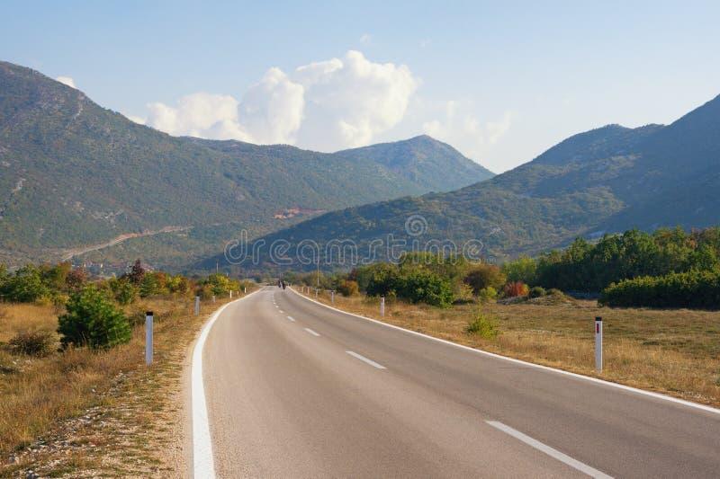 Paisagem bonita da montanha no dia ensolarado do outono Viagem por estrada atrav?s dos cumes de Dinaric B?snia e Herzegovina imagens de stock