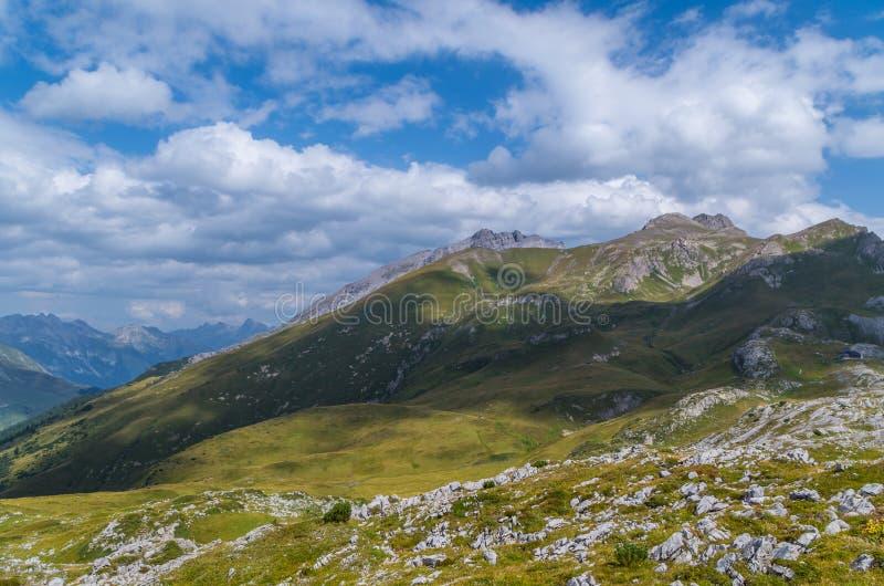 Paisagem bonita da montanha nos cumes de Lechtal, Tirol norte, Áustria imagem de stock