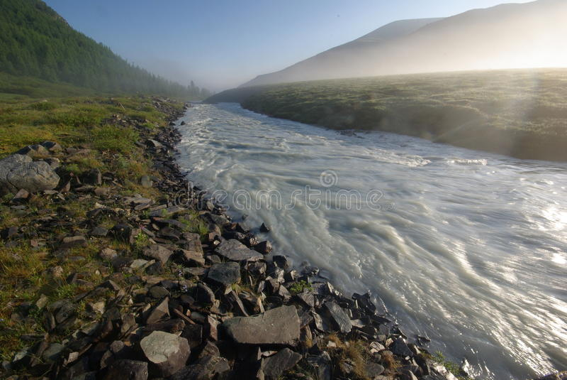 Paisagem bonita da montanha perto do lago Montanha Lake Tipo do terreno montanhoso e da água no vale fotos de stock