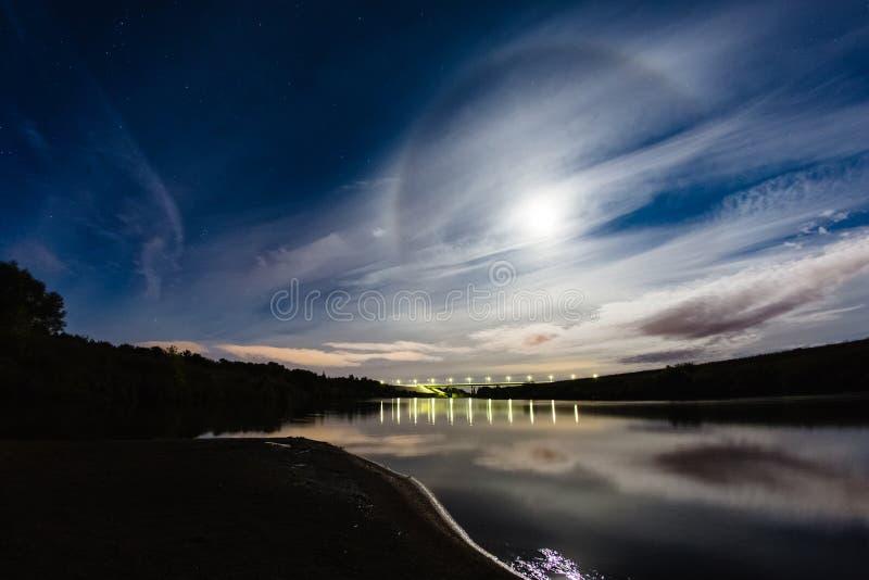 Paisagem bonita da noite com halo do fenômeno atmosférico imagens de stock