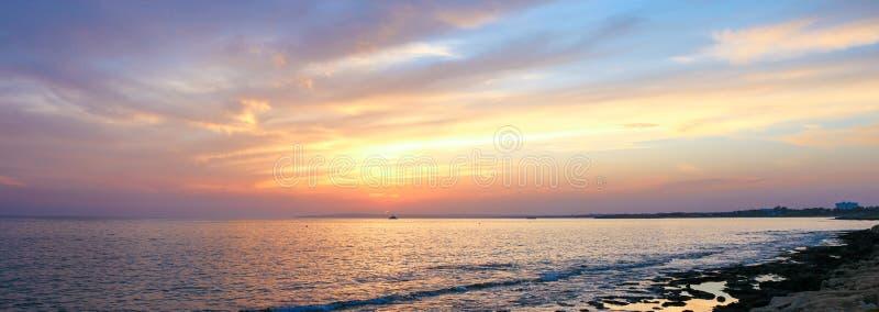 Paisagem bonita da noite do verão de Chipre fotografia de stock royalty free