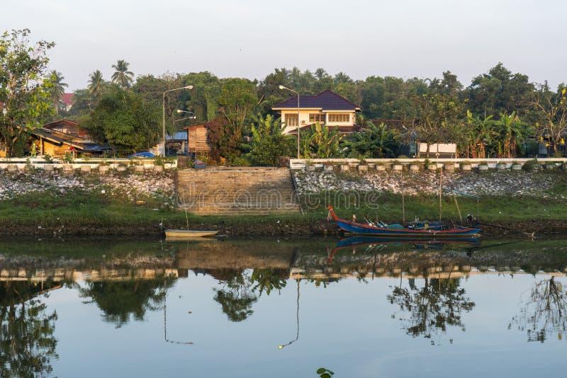 A paisagem bonita da opinião da manhã da vila do beira-rio no rural de Tailândia imagem de stock royalty free