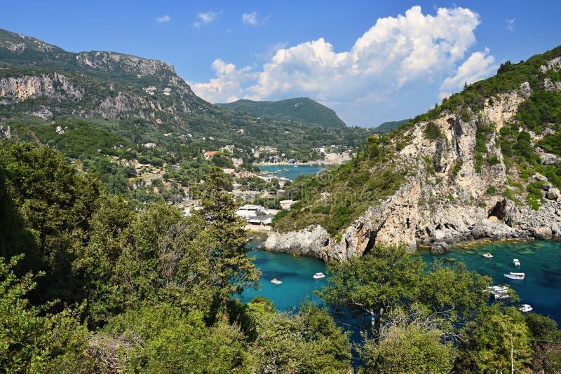 Paisagem bonita da praia de Paleokastrica em Corfu, Kerkyra, Grécia Ilha colorida bonita para férias de verão e curso fotos de stock