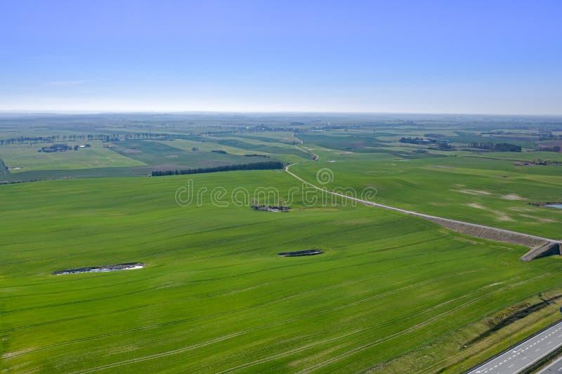 Paisagem bonita da vista aérea com o prado verde que estica ao horizonte imagens de stock