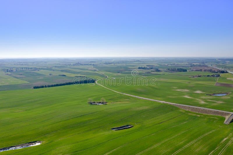 Paisagem bonita da vista aérea com o prado verde que estica ao horizonte foto de stock