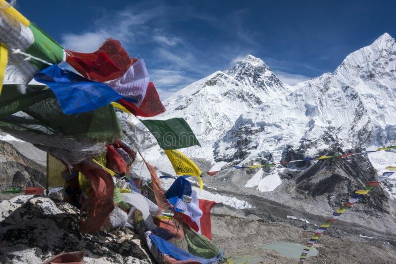 A paisagem bonita de Everest e Lhotse repicam com a bandeira colorida do Nepali como o primeiro plano do ponto de opinião de Kala fotos de stock