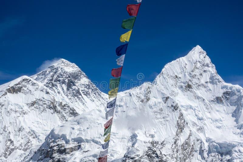 A paisagem bonita de Everest e Lhotse repicam com a bandeira colorida do Nepali do ponto de opinião de Kala Pattar Gorak Shep imagem de stock