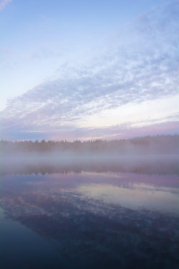 Paisagem bonita de um barco nuvens e lago calmo Névoa e co foto de stock
