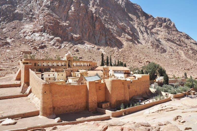Paisagem bonita do claustro da montanha no vale do deserto dos oásis Monastério do ` s de Catherine de Saint na peninsula do Sina imagens de stock