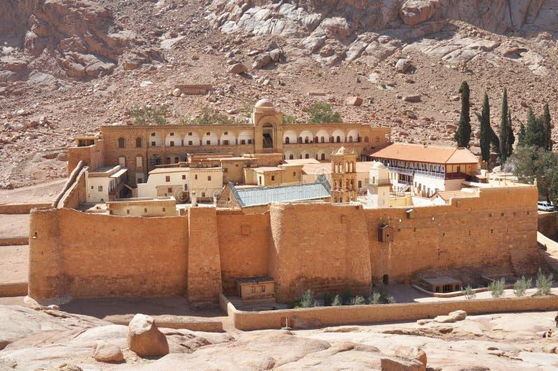 Paisagem bonita do claustro da montanha no vale do deserto dos oásis Monastério do ` s de Catherine de Saint na peninsula do Sina imagem de stock
