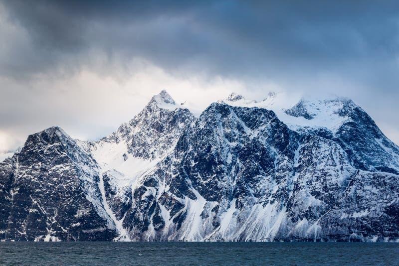 Paisagem bonita do inverno com montanhas e mar imagem de stock
