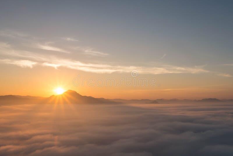 Paisagem bonita do inverno nas montanhas Por do sol imagem de stock royalty free