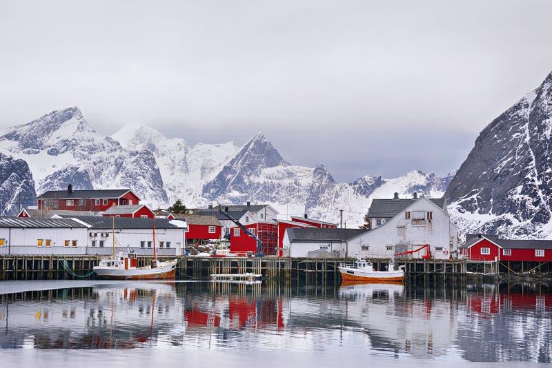 Paisagem bonita do inverno do porto com barco de pesca e o rorbus norueguês tradicional fotografia de stock