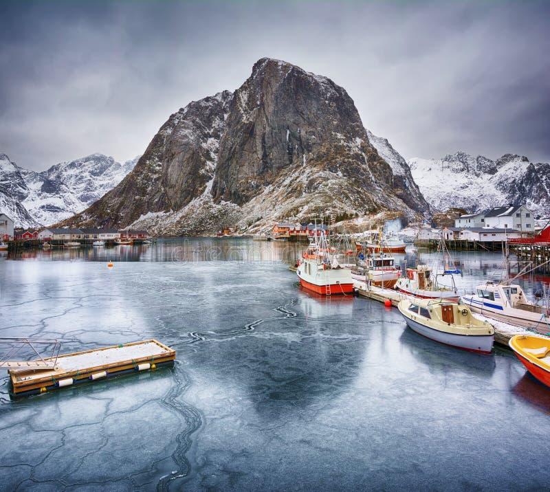 Paisagem bonita do inverno do porto com barcos de pesca e o rorbus norueguês tradicional imagens de stock royalty free