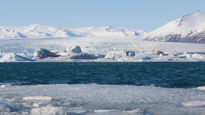 Paisagem bonita do inverno sobre o lago Jokulsarlon, Islândia imagens de stock