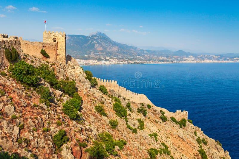 Paisagem bonita do mar do castelo de Alanya no distrito de Antalya, Turquia, ?sia Destino famoso do turista com montanhas altas v fotografia de stock