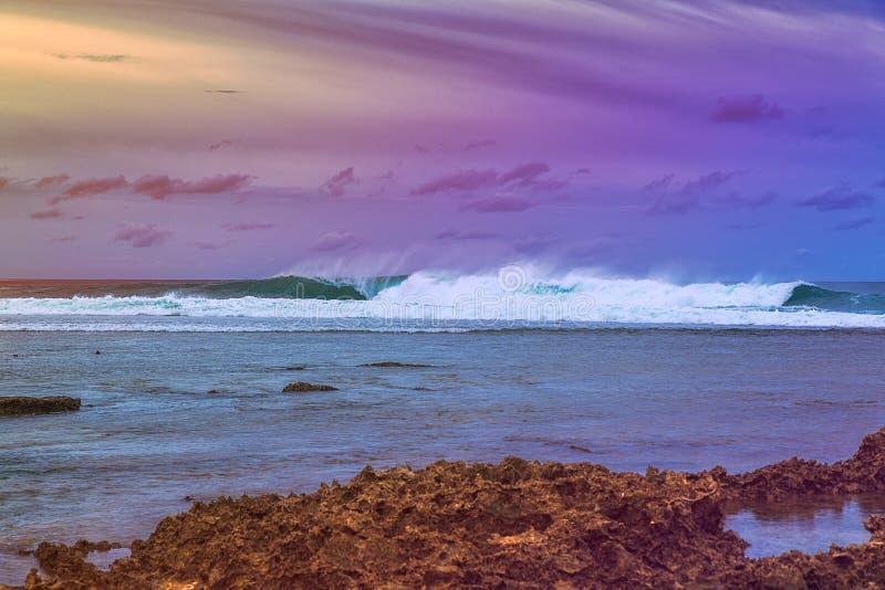 Paisagem bonita do mar no por do sol adiantado no fundo do céu nebuloso e de corais dramáticos Ilha de Siargao, Filipinas foto de stock