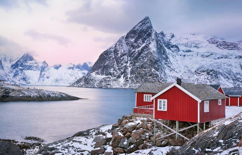 Paisagem bonita do nascer do sol com as cabanas norueguesas tradicionais da pesca nas ilhas de Lofoten, Noruega imagens de stock