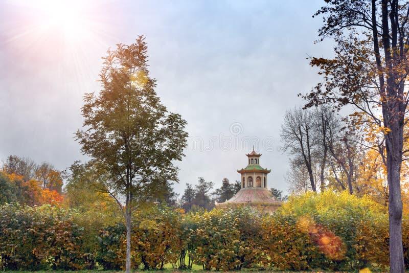 Paisagem bonita do outono com o pavilhão no estilo chinês no subúrbio de St Petersburg Pushkin, Rússia fotografia de stock royalty free