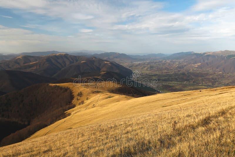 Paisagem bonita do outono das montanhas Carpathian Vistas das montanhas à vila Kolochava imagem de stock royalty free