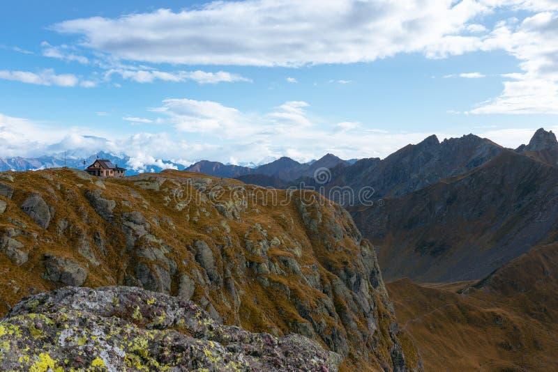 Paisagem bonita do outono dos cumes italianos e de um shelt pequeno fotos de stock