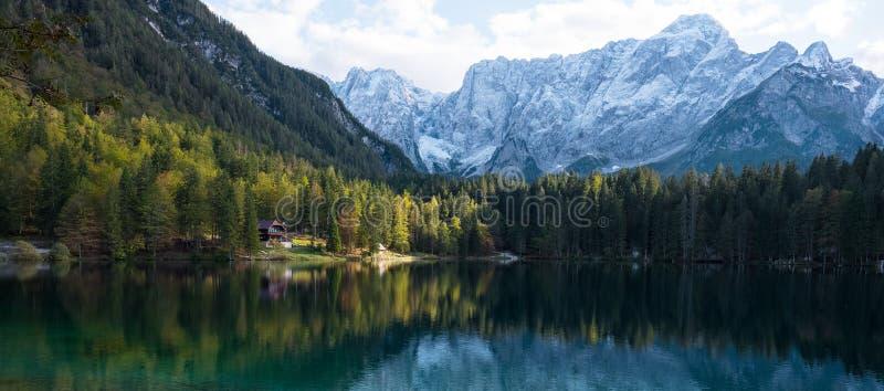 Paisagem bonita do outono em Itália - lago di fusine fotografia de stock royalty free